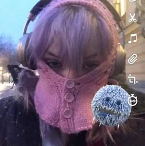 Passar mig och mitt huvud är ganska stort hahah💫 Har en tofs me en liten rosa boll och man kan välja att knäppa knapparna så det ser ut som en ansiktsmask eller inte✨💎💎🗝💗 buda i kommentarerna och fråga vad som helst om du undrar något🤍🤍 kan mötas i stockholm och frakta:)💓