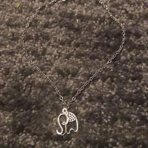 Elefant halsband. Silver färgat💖 ca 38 Cm lång kedja💖 Sammfrakta järna💖 Vid fler bilder eller frågor skriv privat💖