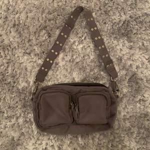 Säljer nu min gråa väska i mockaimitation, då den tyvärr inte kommer till anvädning. Använd cirka 3 gånger så den är som gott som ny.