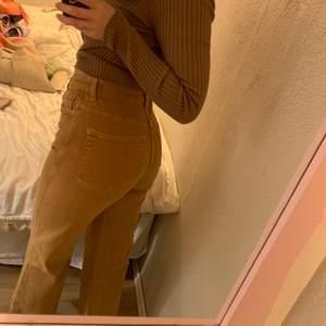 """Bruna korta jeans från Weekday. Modellen """"Veer"""" i färgen """"Camel"""". Använda få gånger. Storlek 27. Jag är 166cm lång och byxorna är ganska korta på mig. 200kr + frakt."""