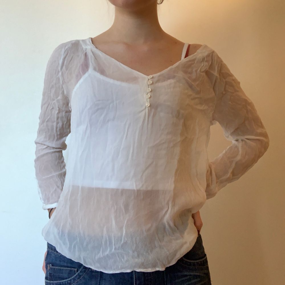 Finfin tröja! Väldigt genomskinlig, men väldigt skön att ha på sommaren. Aningen skrynklig . Blusar.