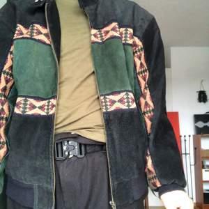 Jacka som är köpt på beyond retro för cirka 4 år sedan i läder. Mycket älskad men tyvärr inte så välanvänd längre. Jag har använt den som vår och höstjacka, och har ofta passat den med tighta jeans och ett par snygga kängor! Den har en lös passform och faller runt höfterna på mig. Jag är 175 cm lång och har storlek M-L.