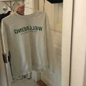 Sweatshirt från Gina, köpt i somras för 299kr. Säljer för 80, köparen står för frakten.