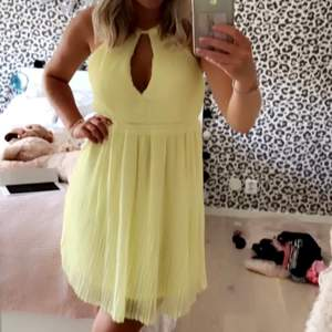 Klänning från HM:s exclusive kollektion. Såå himla fin klänning men tyvärr för liten för mig. Storlek 38 men passar nog bäst 34/36. Köparen står för frakt. Använd en gång.