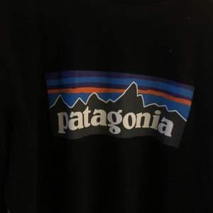 Snygg svart långärmad tröja från patagonia, fint skick 💘 Stl. M. Köparen står för frakten ✨