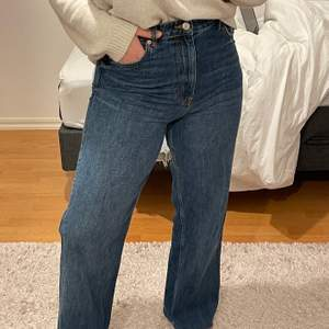 Supersköna jeans! Säljer pga att de inte är min stil längre. Storlek 40 men sitter bra på mig som oftast har 36/38 i byxor! Jag är 156cm och dem är långa på mig.