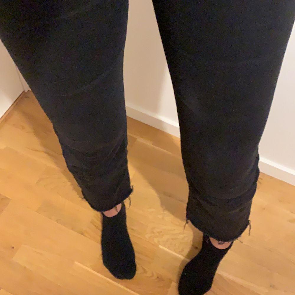 """Jättefina svarta kickflare jeans från pull&bear. Använts en del men frf fint skick, färgen kanske bara blivit borttvättad lite men personligen tycker jag det är snyggare då! Enda """"dåliga"""" är att det finns en liten enkel vit fläck på vänstra låret, det syns dock knappt och jag har fortsatt använda byxorna trots """"fläcken"""". Jag är 165cm och brukar använda 34/36.. Jeans & Byxor."""