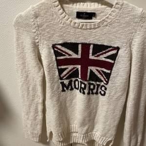 En stickad Morris tröja i bra skick. Säljer på grund av att det tyvärr inte kommit till så mycket användning. Storlek XS men passar även en S. Köparen står för frakten 120kr + frakt