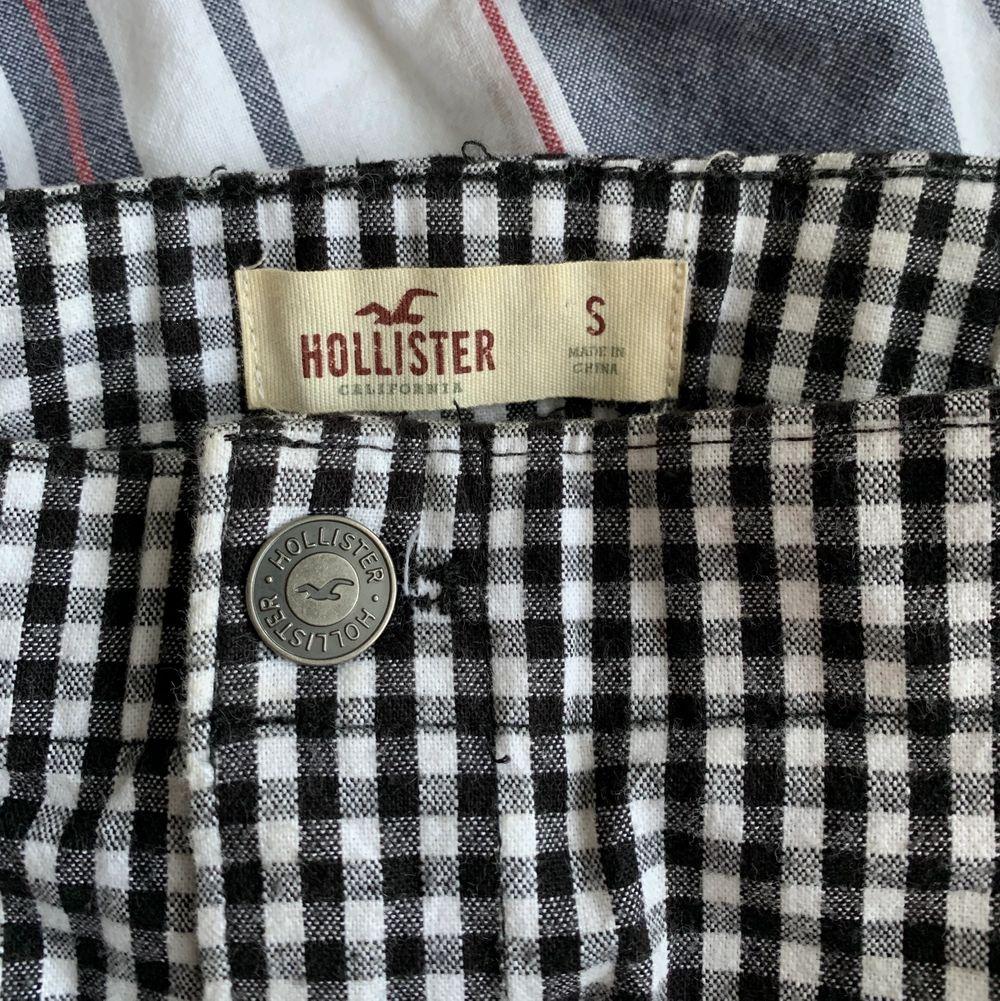Snygg skol ifrån hollister. Den är stretchig då den har ett resårband i bak. Den har också två fickor på sidorna u fram. Finns också ett matchande linne som jag säljer, då det egentligen är ett sett💕. Kjolar.