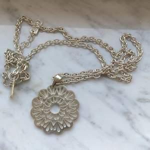 Längre halsband med fin berlock 💕