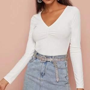 Jättefin vit tröja från SHEIN. Använt 2-3 gånger som Max då jag inte tyckte jag passa i den. Pris 50kr + Frakt ( skriv om du har några frågor eller vill ha mer bilder)