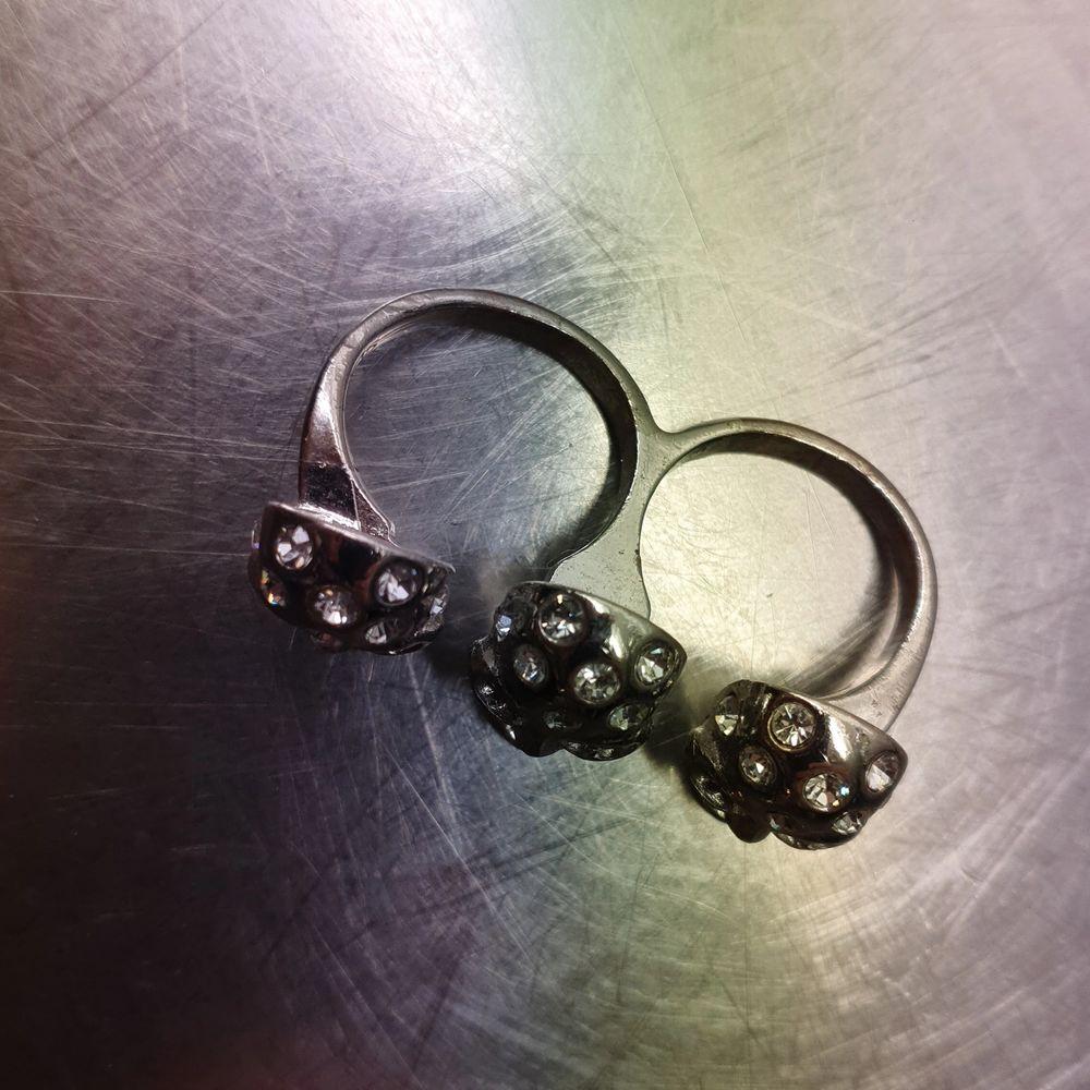 Dubbel ring med strass på.. Övrigt.