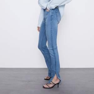 Jeans med slits från zara. Har även i grå. Uppsprättade längst ner för att bli längre och fin detalj🤍 strl 36 men passar 34 också.💕 Köpare står för frakt