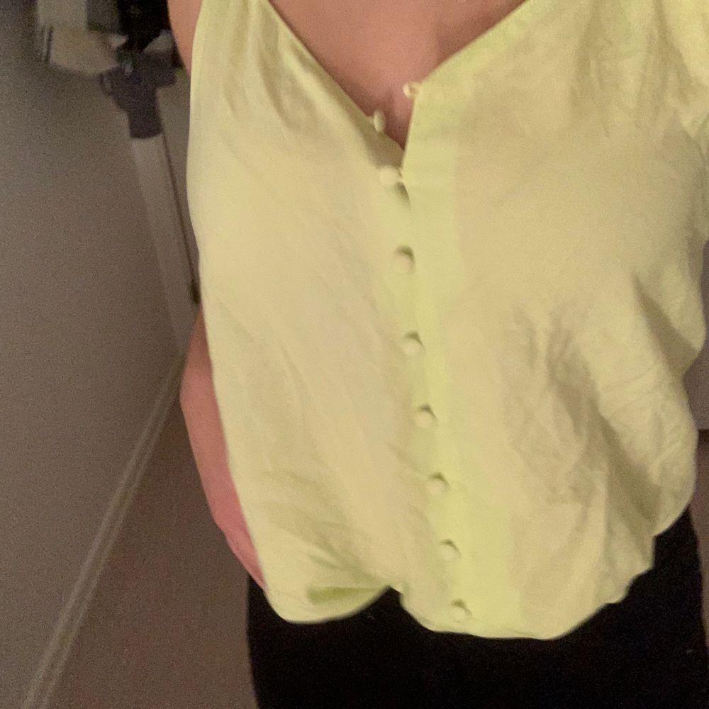 Superfint sommar linne från Gina. Köpt i somras men ej använt mer än 2 gånger. En väldigt nyon grön färg som inte syns på bilden. . T-shirts.