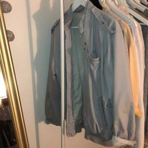 Ljusgrå vintage jacka till salu i storlek XL, men sitter perfekt lite oversixed på mig som är vanlig S. Bra second hand skick😆 säljer då den ej kommer till användning. Fler intresserade=bud