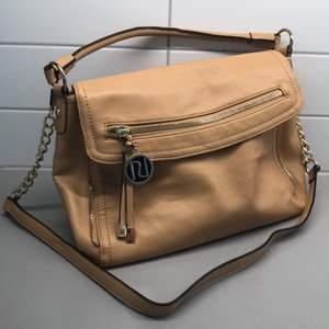 Beige väska. Ca 36cm bred, 25cm hög.