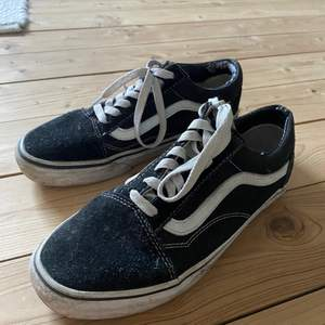 Svarta Vans, Old Skool Modell, jättefint skick! Ena skon något sliten, se bild! Strl 39 men passar nog en 38 bäst! Köparen står för frakt 🌱