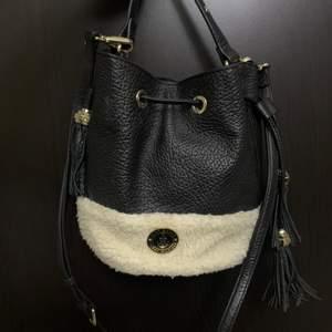 ❗️INTRESSEKOLL❗️på min limited edition Gigi Hadid X Tommy Hilfiger väska. Den går ej att få tag i mer än på secondhand. Startbidrag är på 500kr köp direkt för 750kr. Nypris: 2300kr. Köparen står för eventuell frakt❗️