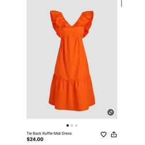 Orange klänning från cider med knytning bak. Superhärlig färg och passform (färgen är i princip som hemsidan!) Står strl M men passar snarare 36, särskilt om man har under c-kupa skulle jag säga 🥰 Endast testad, lappar kvar!
