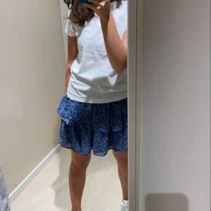 Fin kjol i från Lindex, använd en gång. Barn storlek 170cm men passar xs och s.💗