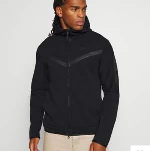 Säljer nu min nästan helt nya nike tech hoodie i storlek S. Nypris 1200kr buda privat! (BUDET LIGGER NU PÅ 620kr)