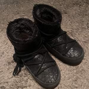 Säljer dessa as coola glittriga inuikii skor! Använt skick och ena sidan i skon är sliten (kolla sista bilden) Skriv för flea bilder!  Köpta för 3500kr på nk 🥰 Spårbarfrakt 99kr!