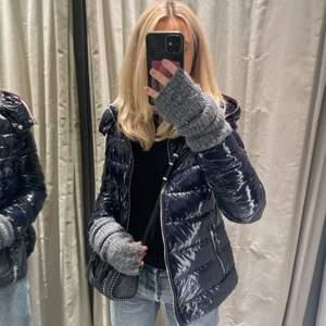 Säljer en jätte fin ny Tommy hilfiger jacka! Använd 2 ggr  passar Xs-M köpt för 2500kr ❤️