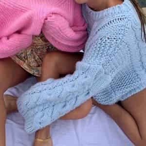 Världens finaste stickad tröja från nakd, men som tyvärr inte kommer till användning längre. Stl S/M💗