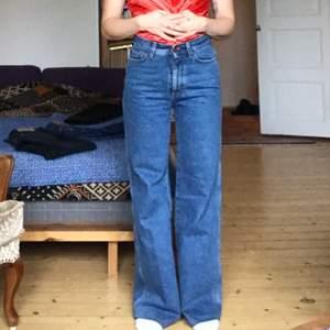 """Blåa""""Hall"""" jeans från Rodebjer. Hög/medelhög midja, lång ben och vida ben. Säljer på grund av flytt. Nypris 1800kr"""