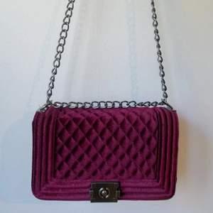 Jättefin väska som liknar Chanels boy bag väska. Jag har bara använt den en gång.