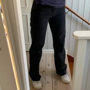 Straight leg jeans från stradivarius i stolek 36, aldrig använda så lappar finns kvar!💞 Skriv för fler bilder