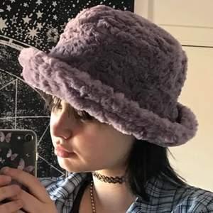 Fluffig buckethat från lupsona, ordinarie pris 349kr💓