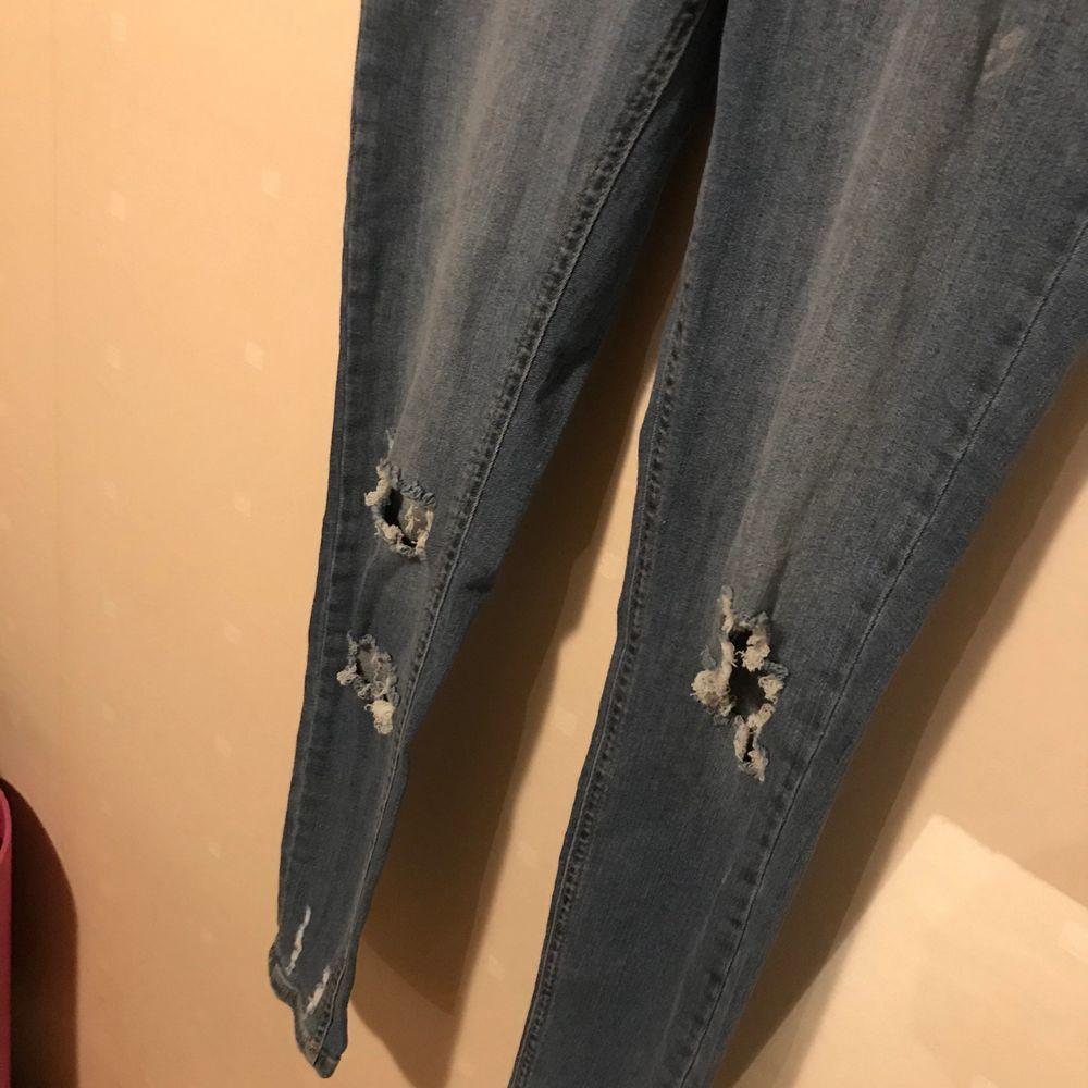 Blåa ripped high waist jeans, oanvända. . Jeans & Byxor.