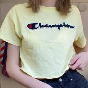 Så fin croppad champion t-shirt i storklek xs-s. Super bra skick och kvalitet!