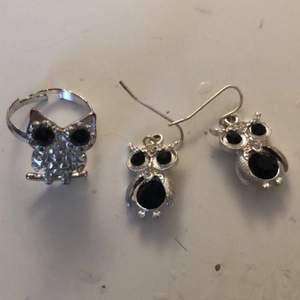 Jätte söta matchande Uggla Örhänge och ring som är silver och svart! Örhängena: 40kr Ring: 20kr Båda: 50kr. Köparen står för frakt.