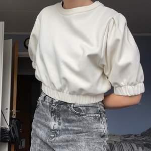 """Vit tröja från Gina Tricot, lite kortare sweatshirt typ med elast i midjan och kring armarna. Storleken är XL och är menad att vara mer av en kort """"puffig"""" tröja där elasten är tajtare. Men så här är passformen på mig som har S 💕"""