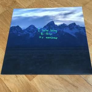 Ye av Kanye Wesy på vinyl. En skiva med fodral och omslag. Möts upp i stockholm annars går de bra att frakta 🤩🤩🤩. Bra skick, inte jätte använd!! (Köpt på bengans)
