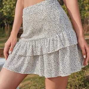 Säljer min snygga kjol från shein i storlek XS, jättebra skick och har inte ens hunnit använda den än❤️ säljer för att jag inte tkr att den är snygg på mig! + frakt