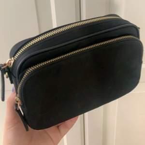 En fin väska i färgen svart utanpå och beige inuti, används ett par gånger men fortfarande i bra skick!💕 (köparen står för frakt!🥰)
