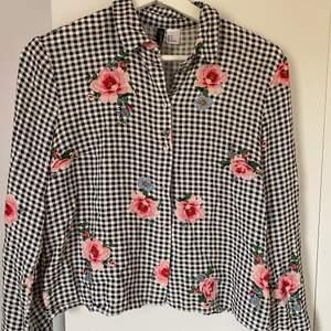 Denna fina rutiga, blommiga skjorta säljs nu då den är för liten för mig. Det är är storlek 36. Andra bilden är dåligt tåg toalett ljus 😅 så den visar inte skjortan rätt, den är grå rutig. 130 kr inklusive frakt!