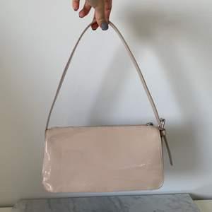 Jättefin handväska som använts fåtal gånger. Köparen står för frakten som ligger på 65 kr och betalning sker via swish💕