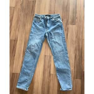 Jeans från Vero Moda säljes. Straight leg, midwaist.