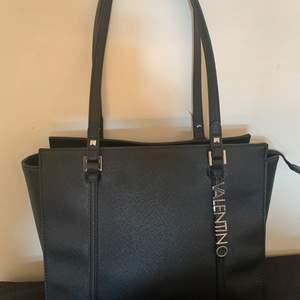 Svart valentino väska, väldigt sparsamt använd, inga märken eller liknande. 🤍