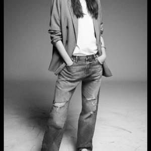 Funderar på att sälja dessa skit snygga och trendiga zara jeans, då dem va långa på mig som är ca 160. Hon på andra bilden är ca 170! Köpte dem på plick för 600 och dem är helt oanvända med lappar kvar. Dem är midrise men skullle kunna va lågmidjade om man dem är en storlek större, storlek 40💗💗 buda!