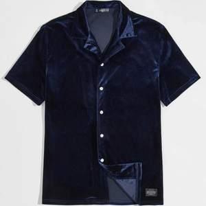Jag säljer min skjorta som aldrig är använda väldigt fint material och är perfekt för sommaren.