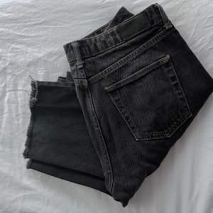 Croppade Mom Jeans köpta på Urban Outfitters. Model Pax, W: 28, L: 34 (skulle dick säga att de är en aning kortare). Säljes då de är för små för mig