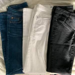 Jeans, dom är från olika märken. 80krför ett par eller 220kr för alla. 111kr frakt för alla jeans och 66kr för ett par