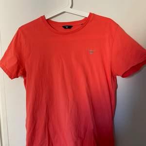 Orange GANT t-shirt. Köpt på kidsbrandstore, och storleken är 158-164cm, passar en S. Den är använd men i bra skick💕