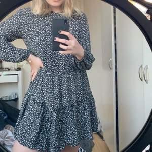 Säljer en skit snygg sommar klänning! Lite skada på sidan(se bild 3) men det är inget man tänker på! Inget som syns när du har den på dig! Annars fint skick!