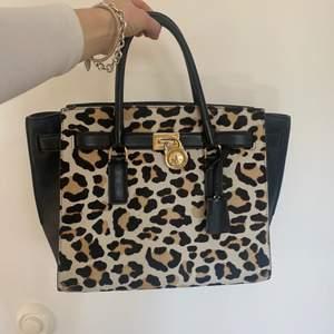 Säljer den galet coola och snygga väskan från Micheal Kors❤️❤️skicket är mycket bra med inga skador! Den har mycket små och bra fack och är väldigt rymlig☺️